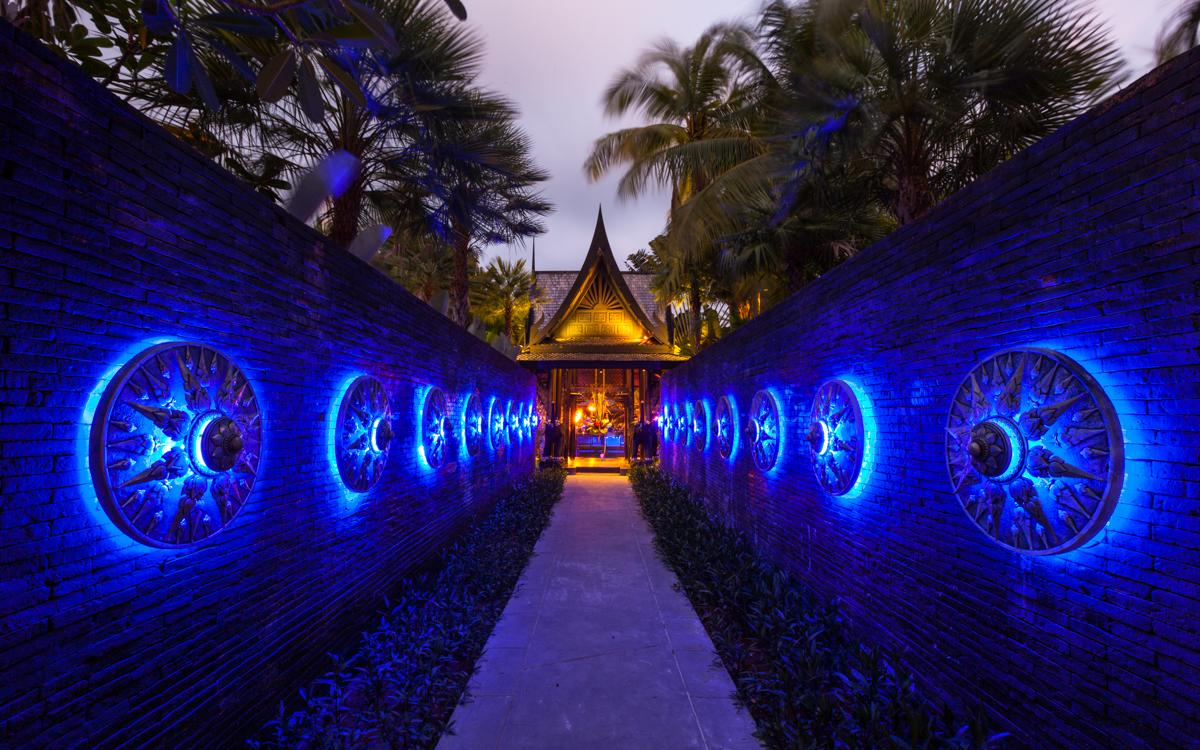 Black Ginger, The Slate Phuket Resort ทางเดินที่ตกแต่งด้วยโล่ห์สีเงินดูเข้มขรึมนำคุณเข้าสู่ศาลาเล็ก